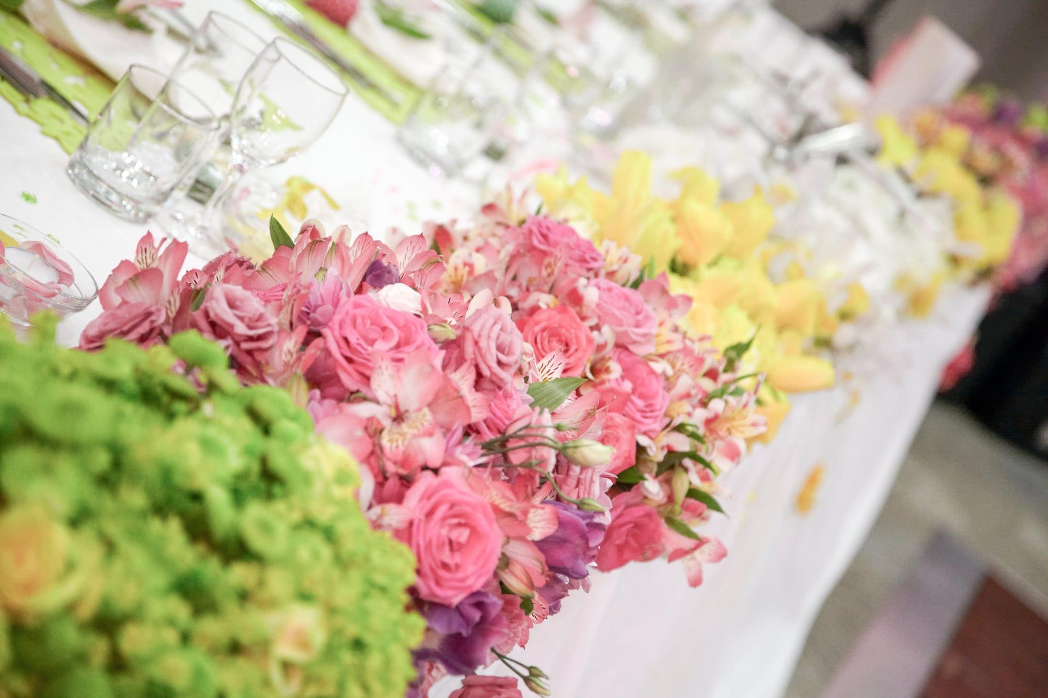 декорация на официална сватбена маса, пищна сватбена украса на младоженската маса, декорация на сватбена агенция Приказен ден, сватбен агент Мариела Уилсън