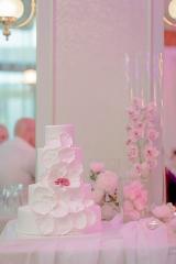 елегантна сватбена торта, бяла сватбена торта, сватбена торта с цветя, декорация на сватбена агенция Приказен ден, сватбен агент Мариела Уилсън