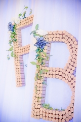 елементи от сватбена декорация, сватбени акценти, инициали на младоженците от коркови тапи, декорация на сватбена агенция Приказен ден, сватбен агент Мариела Уилсън