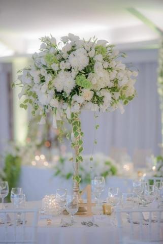 изискана декорация за сватба, високи сватбени аранжировки, сватбени букети в бяло и зелено, сватбени свещи, луксозна сватбена украса, декорация на сватбена агенция Приказен ден, сватбен агент Мариела Уилсън