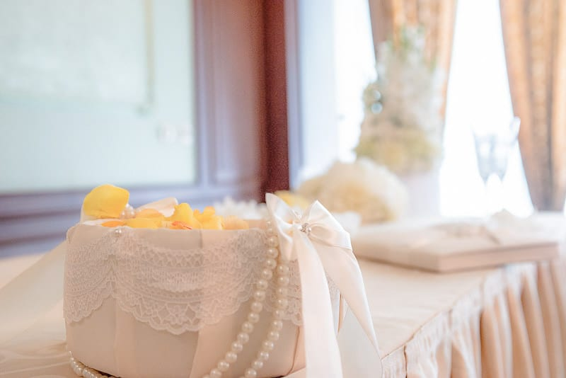 красива кошничка за шаферка с перли и дантела, декорация на сватбена агенция Приказен ден, сватбен агент Мариела Уилсън