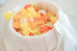 малка сатенена кошничка за шаферка, декорация на сватбена агенция Приказен ден, сватбен агент Мариела Уилсън