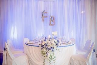 масата на младоженците, украса на масата на младоженците, пищна декорация с цветя на сватба, декорация на сватбена агенция Приказен ден, сватбен агент Мариела Уилсън