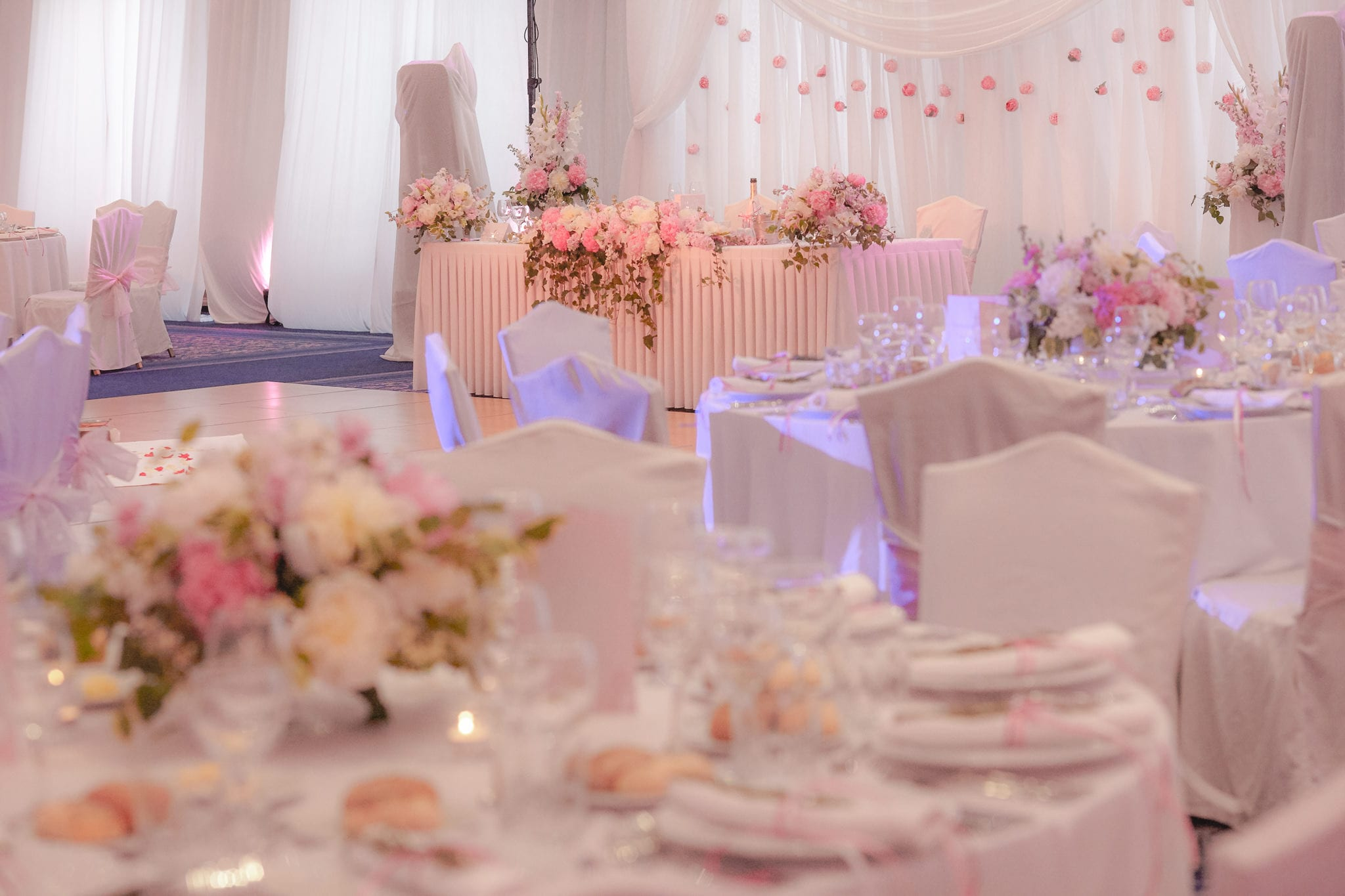 нежно розова сватбена украса, сватба в хотел Балкан Шератън София, декорация на сватбена агенция Приказен ден, сватбен агент Мариела Уилсън