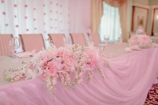 официална маса за младоженци, сватбена украса в розово, декорация на сватбена агенция Приказен ден, сватбен агент Мариела Уилсън