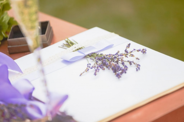 сватбена книга с лавандула , декорация на сватбена агенция Приказен ден, сватбен агент Мариела Уилсън