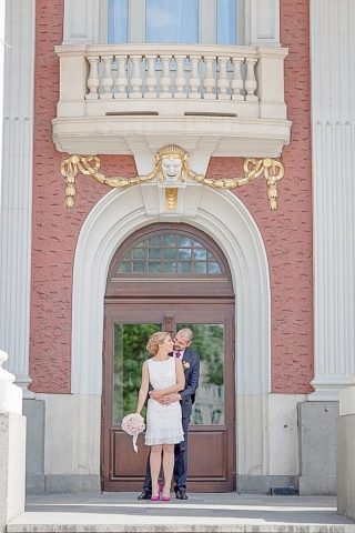 сватбена фотография пред народен театър Иван Вазов,, декорация на сватбена агенция Приказен ден, сватбен агент Мариела Уилсън