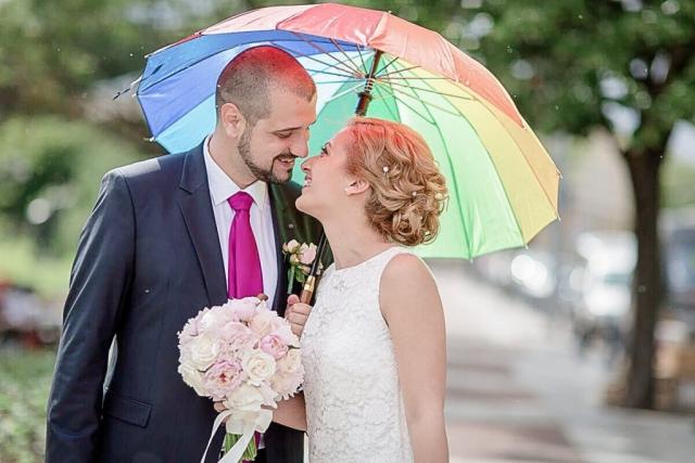 сватбена фото сесия с чадър, дъждовен ден на сватба, декорация на сватбена агенция Приказен ден, сватбен агент Мариела Уилсън