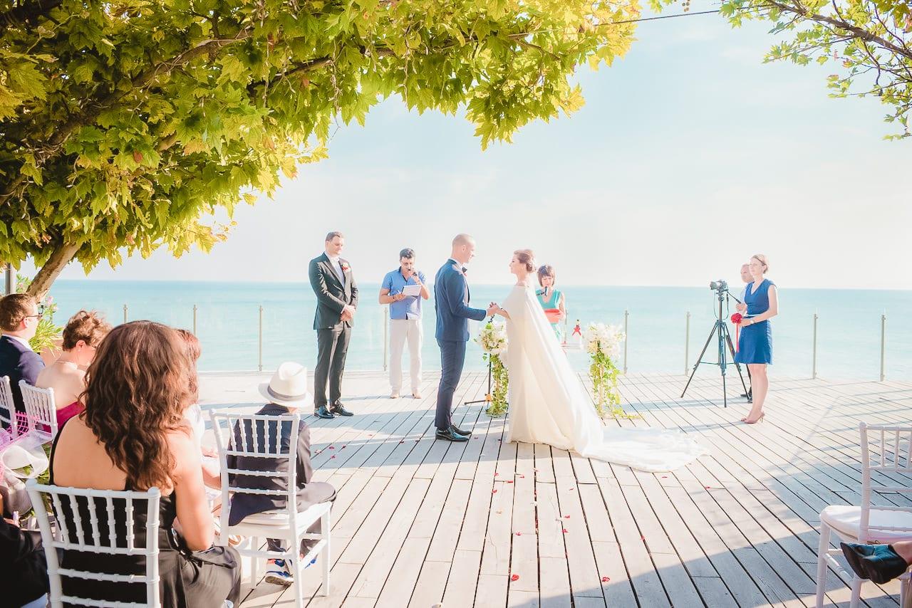 сватбена церемония на брега на морето, сватба на Тракийски скали голф, декорация на сватбена агенция Приказен ден, сватбен агент Мариела Уилсън