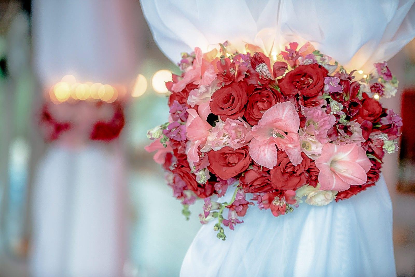 сватбени цветя, червени рози за сватба, декорация на сватбена агенция Приказен ден, сватбен агент Мариела Уилсън