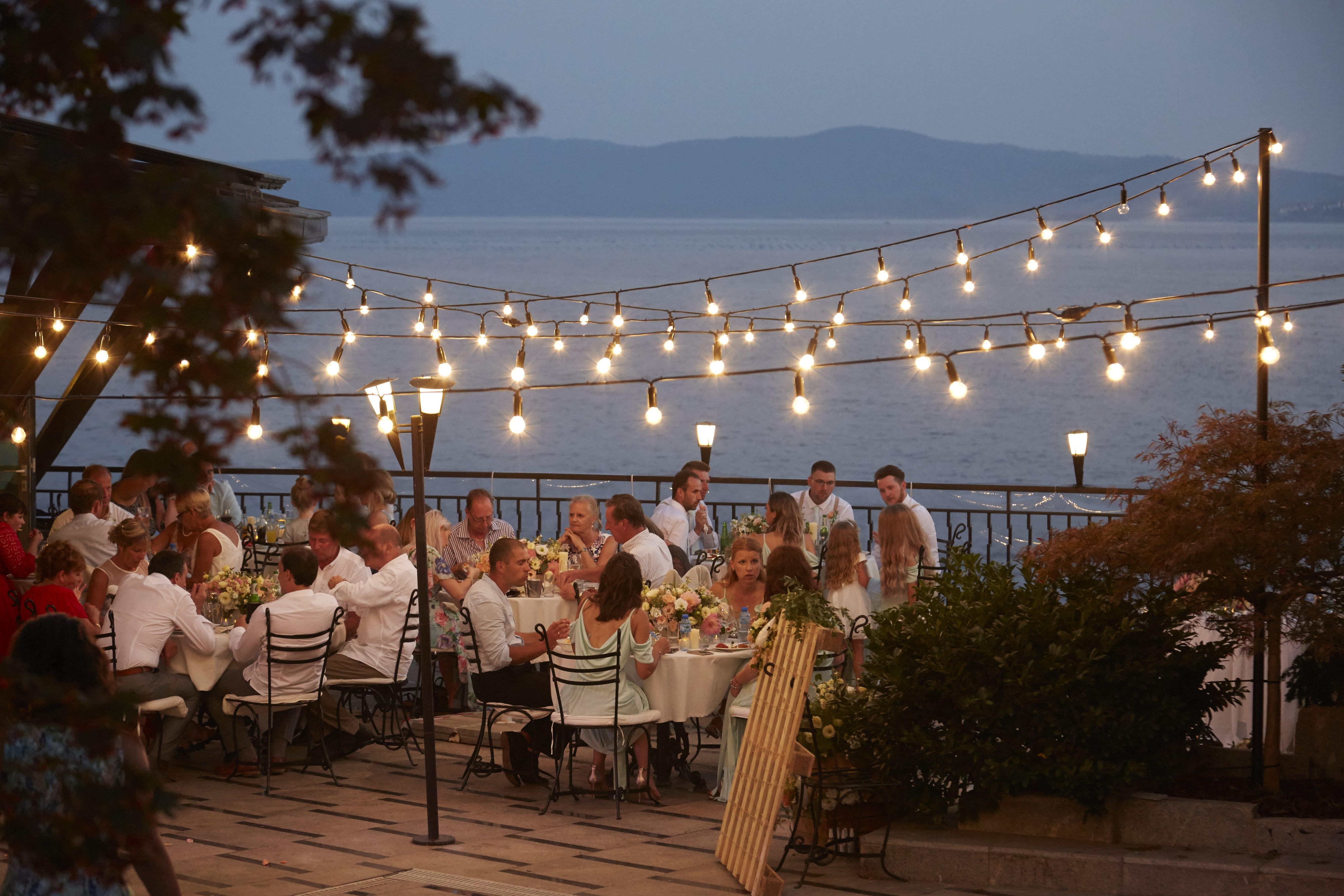 сватбена вечеря край морето