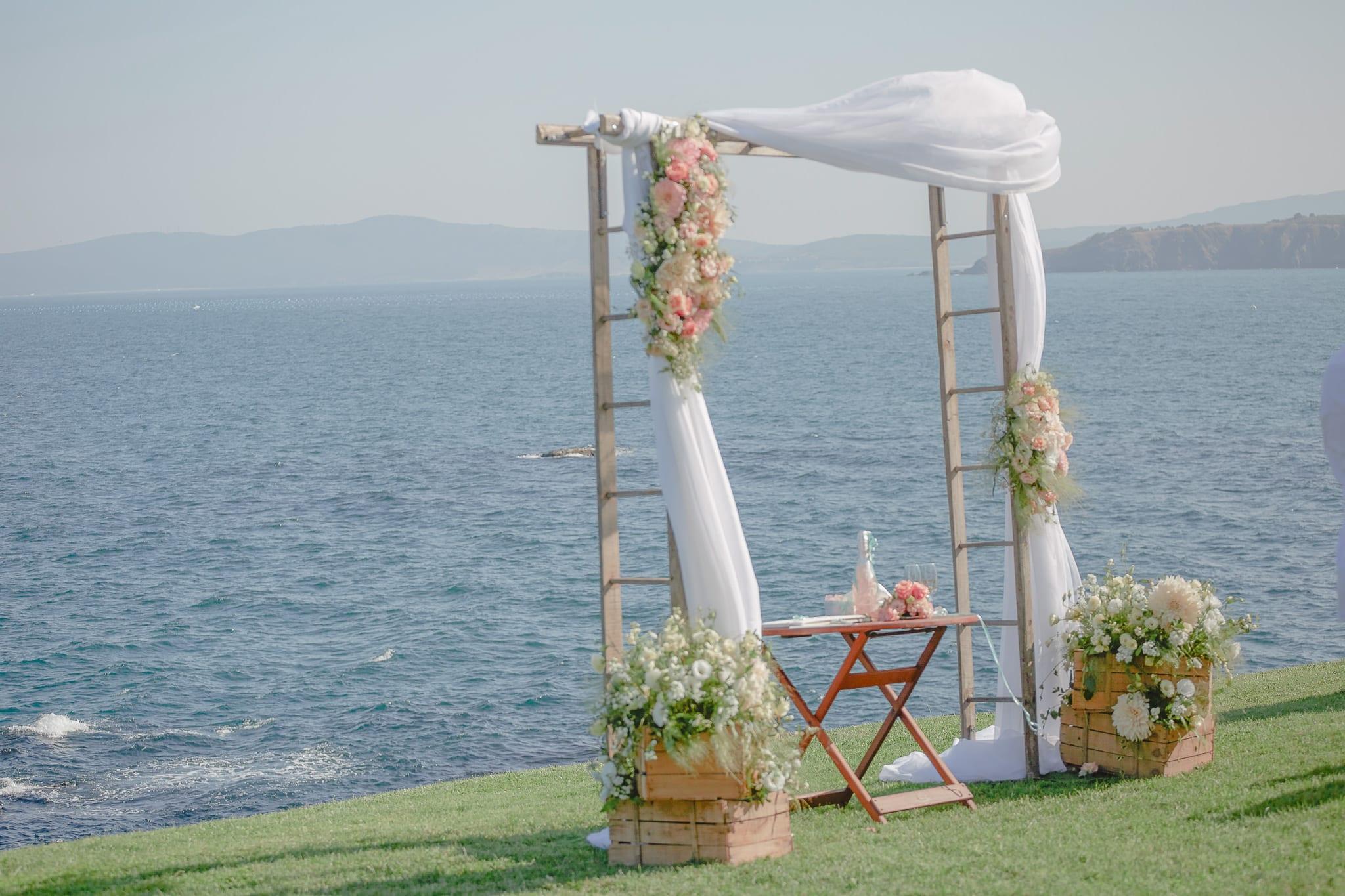 романтична акра с цветя, сватба на морето, декорация на сватбена агенция Приказен ден, сватбен агент Мариела Уилсън