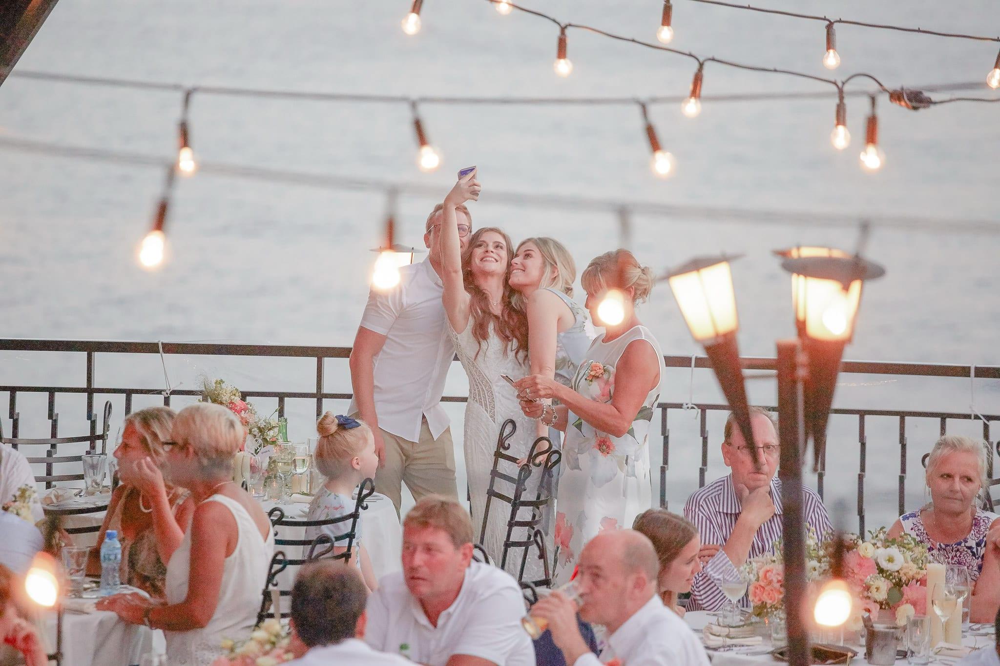 сватба на морето, селфи булка, декорация на сватбена агенция Приказен ден, сватбен агент Мариела Уилсън