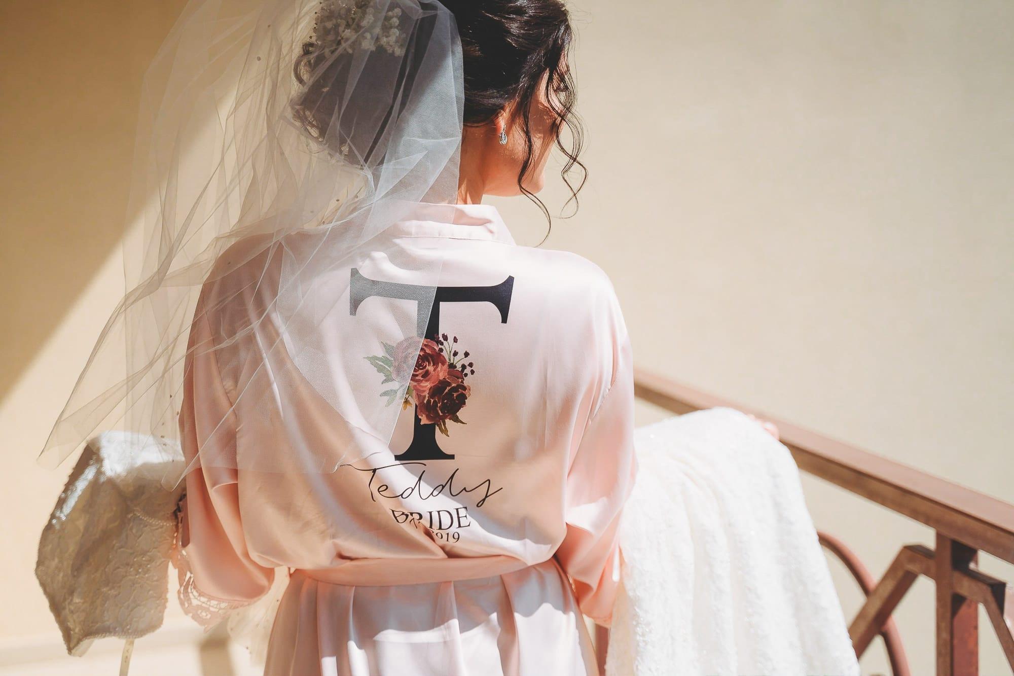 Булчинска рокля, булката облича сватбената си рокля