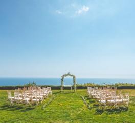 Сватбена церемония с изглед към морето, арка от нежен гипсовил